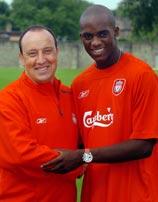 Momo Sissoko with Liverpool manager Rafael Benitez