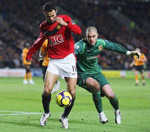 Giggs tries to go around Myhill, who had a mixed day in goal for Hull