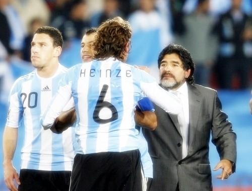 Diego Maradona with the hero of the Nigerian match, Gabriel Heinze
