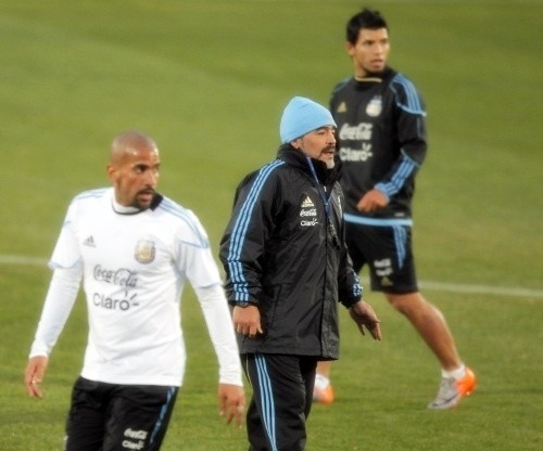 Diego Maradona with Juan Sebastian Veron and Sergio Aguero during training