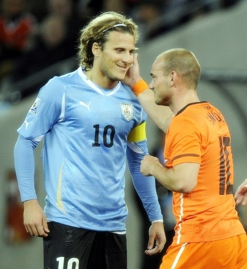 Diego Forlan with Wesley Sneijder