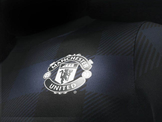 Man Utd 13-14 away kit - Crest