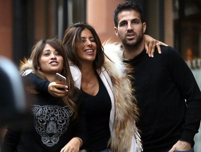 Fabregas with his wife and Antonella Roccuzzo, Messi's girl friend. Photo Courtesy: Mundo Deportivo