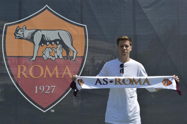Arsenal Transfer: Szczesny poses with a Roma scarf.