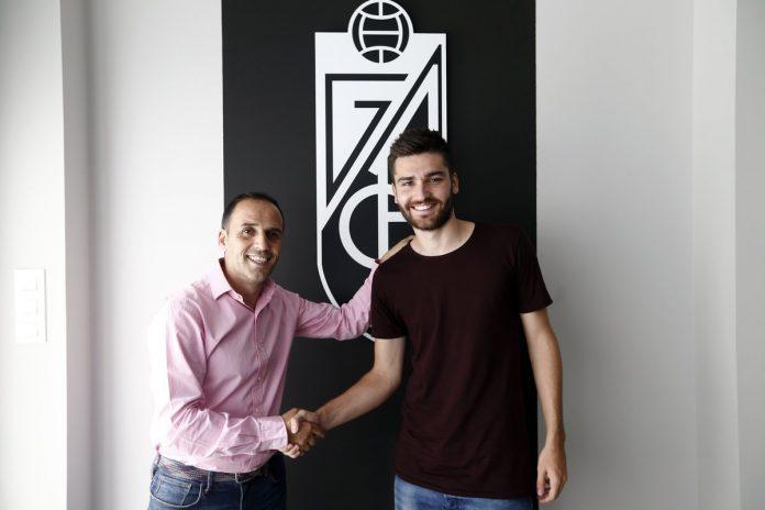 Toral posing with Granada's sporting director Javier Torralbo